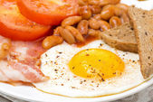 English breakfast with fried eggs, bacon and beans — Stok fotoğraf