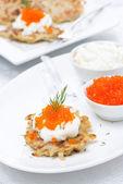 Crêpes de pommes de terre au caviar rouge, gros plan — Photo