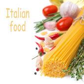 意大利通心粉面条、 香料、 西红柿和草药,孤立 — 图库照片