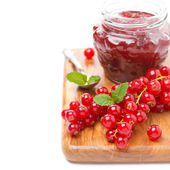 Berry jam and fresh red currants on a wooden board, close-up — Stock Photo