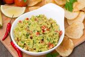 Svačina - mexickou omáčkou guacamole a čipy, pohled shora — Stock fotografie