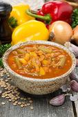 Томатный суп с чечевицей и овощами на деревянный стол — Стоковое фото