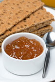 Close-up of orange jam and crisp bread, vertical — Stockfoto