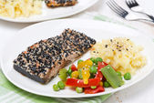Pink salmon fillet in sesame, vegetables and mashed potatoes — Stock Photo