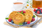 Corn pancake with berries, tea and honey — Stok fotoğraf