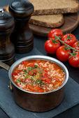 Pikante tomatensoep met rijst, groenten en kruiden — Stockfoto