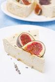 Piese bal cheesecake ve lavanta ve taze incir — Stok fotoğraf