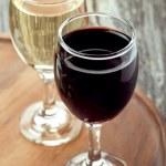glas rode en witte wijn op een houten bord — Stockfoto #44641849