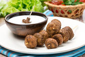 Mushroom skewers with yogurt sauce — Stock Photo