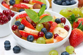 Delicious fruit and berry salad — Stockfoto