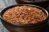 Red rice in ceramic bowl, close-up — Foto de Stock