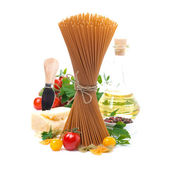 Wholegrain spaghetti, tomatoes, olive oil and parmesan cheese — Stock Photo