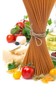 Wholegrain spaghetti, tomatoes, herbs, olive oil and parmesan — Stock Photo