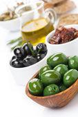 Diverse antipasti - oliver, saltgurka, olivolja, färsk rosmarin — Stockfoto