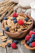 Wholegrain flakes with fresh berries on wooden table, close-up — Zdjęcie stockowe