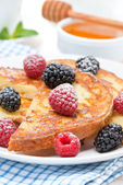 French toast with fresh berries and powdered sugar — Stockfoto