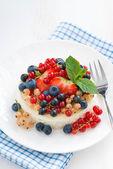 Mini cheesecake with fresh berries, top view — Stock Photo