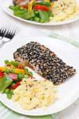 Mashed potatoes, pink salmon with sesame and vegetables — Stock Photo