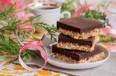 Brownies de doble capa crujientes con cinta roja — Foto de Stock