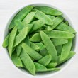Snow peas in white bowl — Stockfoto