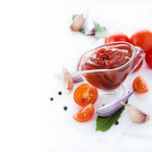 Traditionell hemlagad tomatsås med ingredienser — Stockfoto