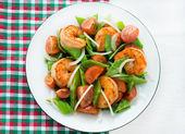 Snow peas and tomato salad with shrimps (prawns) — Stock Photo