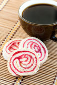 Strawberry and lemon jam swiss roll and cup of coffee — Stock Photo