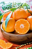 Tangerines in bowl with Christmas decorations — Stock Photo