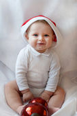 Bebek çocuk Noel şapkası ve topu ile — Stok fotoğraf
