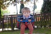 Criança adorável no verão de balanço playground — Foto Stock