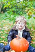 大きなオレンジ カボチャの庭と小さな幼児 — ストック写真