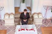 Célébrant de mariage des jeunes effectuant la cérémonie de mariage — Photo