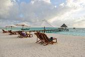ビーチチェアおよび傘の砂のビーチに — ストック写真