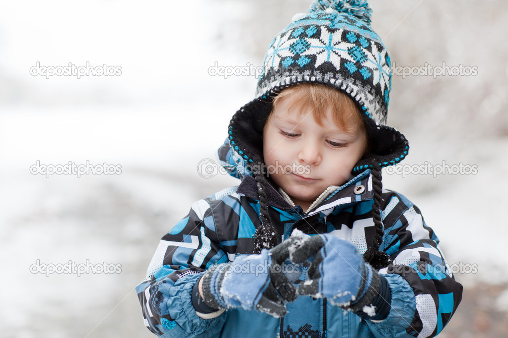Little toddler boy having fun with snow outdoors on beautiful winter day — Stock Photo #14047538