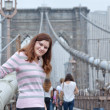 Young woman posing on Brooklyn Bridge — Stock Photo