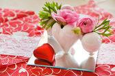 Dettaglio dell'impostazione della tabella in rosso decorato per valentin — Foto Stock