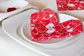 детали сервировки в красном стиле для валентин — Стоковое фото