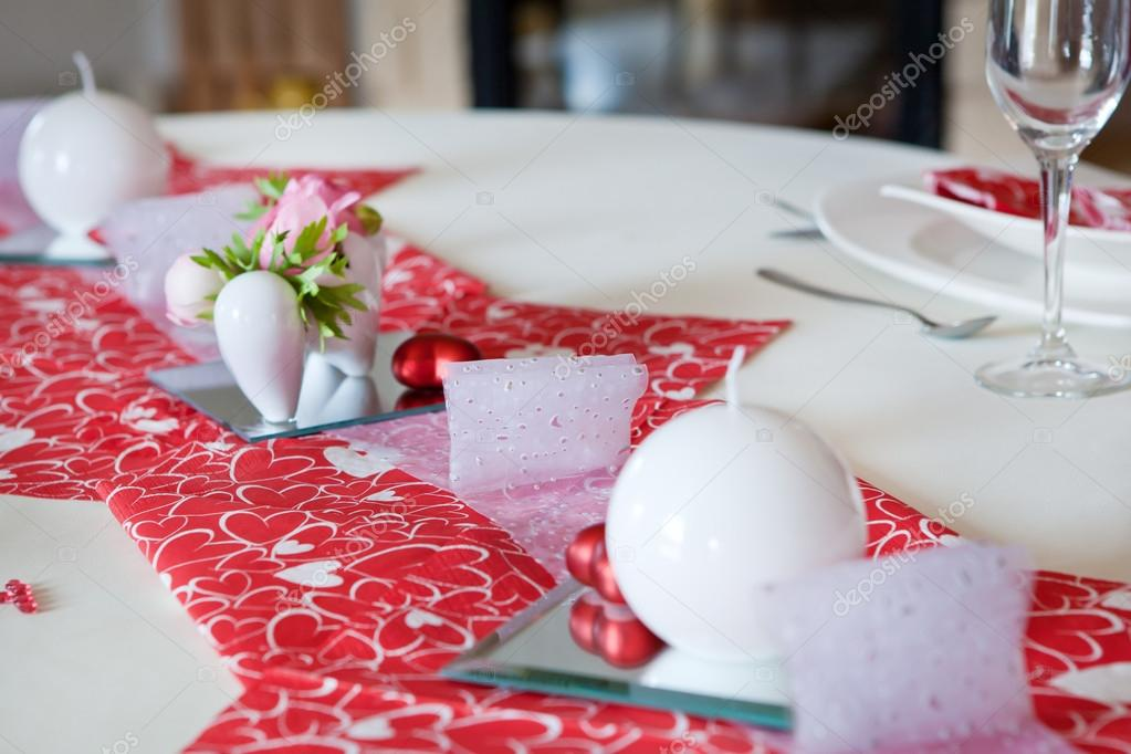 Table setting in red decorated for romantic Valentin's Day dinner — Stok fotoğraf #14961927