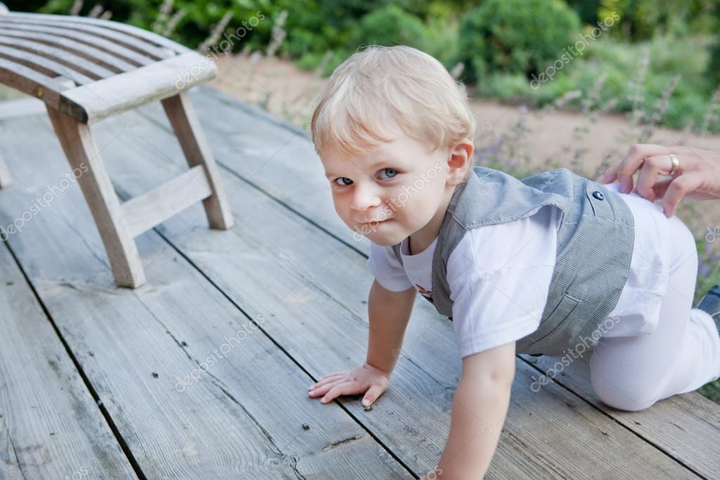 Mooie peuter jongen kruipen op houten trap stockfoto for Houten trap buiten