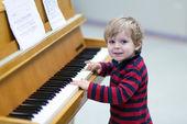 Niño de dos años de edad del niño tocando el piano — Foto de Stock