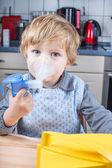可爱的小孩男孩做雾化吸入 — 图库照片