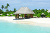 Beautiful beach with white sand and bar on Maldives — Stock Photo