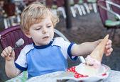 Little toddler boy eating ice cream in summer — Stock Photo