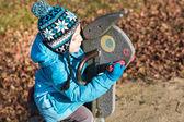 Pequeño niño divirtiéndose en patio — Foto de Stock