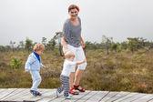 Jonge vrouw en twee jongetjes peuter in natuurpark — Stockfoto