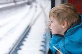 Menino bonitinho olhando pela janela do trem — Fotografia Stock