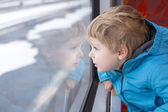 Cute little boy looking out train window — Stockfoto