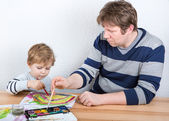 Ojciec i mały chłopiec dwa lata zabawy malarstwo — Zdjęcie stockowe
