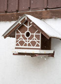 Bird box under snow during the winter — Stockfoto