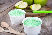 Frozen creamy ice yoghurt with fresh green apples — Stock fotografie